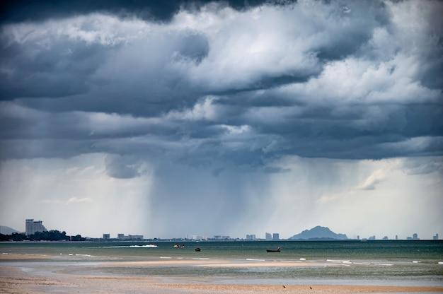 Dramatyczna potężna burza z deszczem padającym na wybrzeże w klimacie tropikalnym
