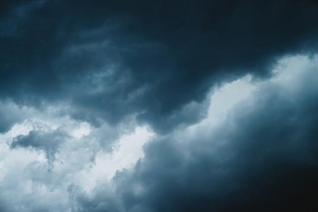 Dramatyczna tekstura cloudscape. ciemne, burzowe chmury przed deszczem.