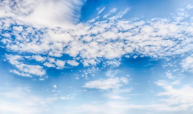 Dramatyczne błękitne niebo z malowniczą teksturą chmur z miejsca na kopię
