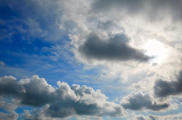 Dramatyczne błękitne niebo z szarymi chmurami
