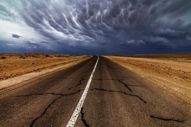 Dramatyczne burze z piorunami nad starą pustą drogą