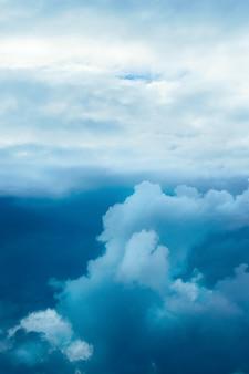Dramatyczne burzliwe niebo
