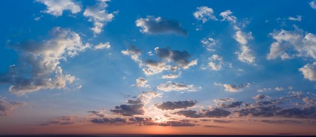 Dramatyczne burzowe niebo. poranne chmury deszczowe i promienie słoneczne. naturalne tło.