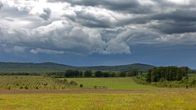 Dramatyczne chmury na węgierskim krajobrazie