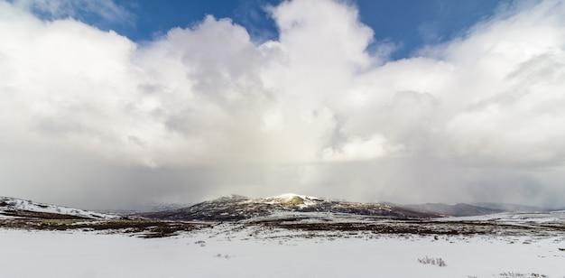 Dramatyczne chmury nad górami w górach dovre w norwegii