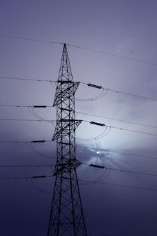 Dramatyczne chmury niebo i wieża elektryczna