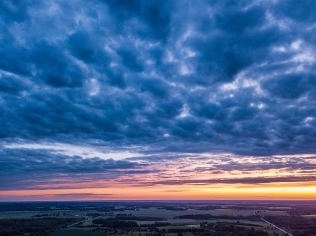Dramatyczne ciemne chmury nad krajobrazem wsi
