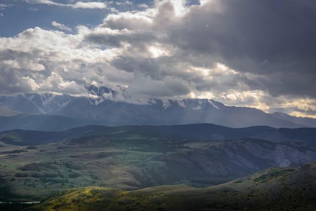Dramatyczne ciemne chmury w górach przed burzą, epickie naturalne tło.
