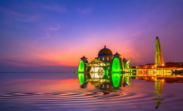 Dramatyczne niebo i odbicia w meczecie straits w malakce. kompozycja natury. rozmycie ruchu i zmiękczenie ostrości dzięki długiej ekspozycji. żywe kolory