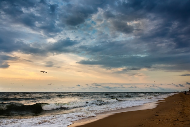 Dramatyczne niebo na seascape rano.