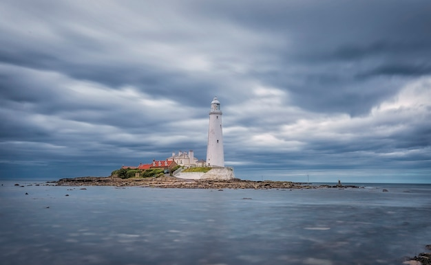 Dramatyczne niebo nad latarnią morską st. mary's. seascape lato. whitley bay, anglia. wielka brytania