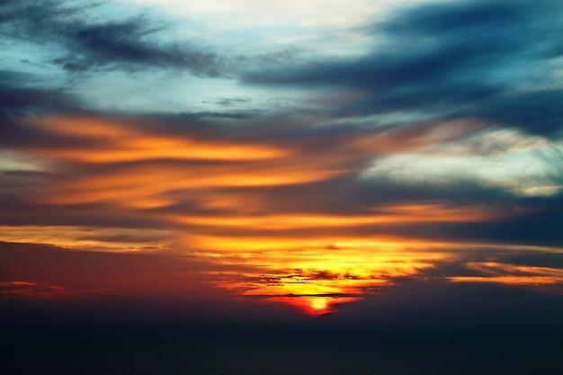 Dramatyczne niebo o zachodzie słońca jako piękne tło