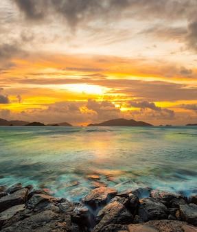 Dramatyczne niebo o zachodzie słońca na hawajach