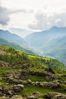 Dramatyczne niebo w alpejskiej dolinie