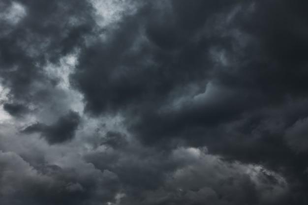 Dramatyczne niebo z burzowymi chmurami, może służyć jako tło