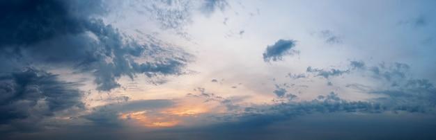 Dramatyczne niebo z chmurami o zachodzie słońca. naturalne tło nieba.