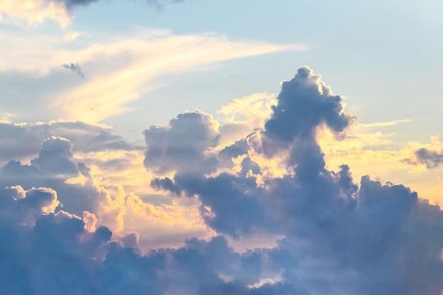 Dramatyczne niebo z majestatycznymi chmurami o zachodzie słońca