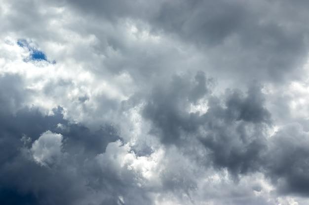 Dramatyczne niebo z szaro-biało-niebieskimi chmurami. pochmurno i pochmurno do deszczu