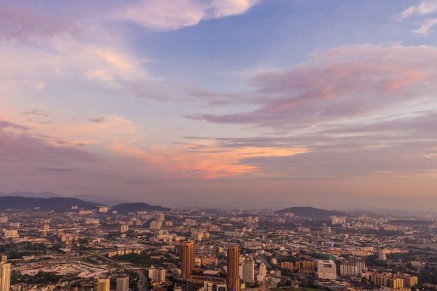 Dramatyczne purpurowe niebo i chmury nad centrum miasta kuala lumpur