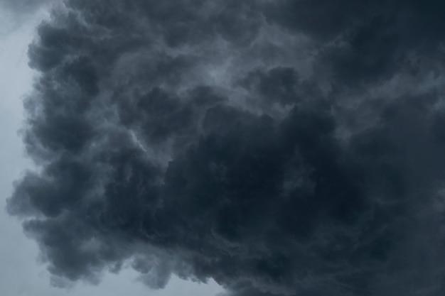 Dramatyczne tło czarnych chmur poprzedzających deszcz.