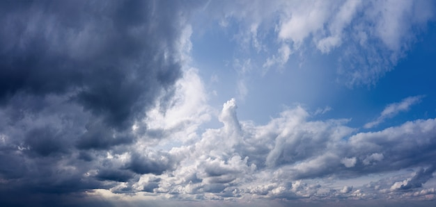 Dramatyczne tło nieba z ciemnymi chmurami przed deszczem
