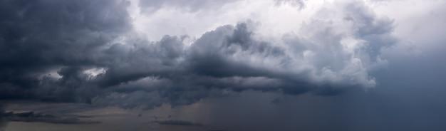 Dramatyczne tło nieba z ciemnymi deszczowymi chmurami przed burzą. widok panoramiczny.