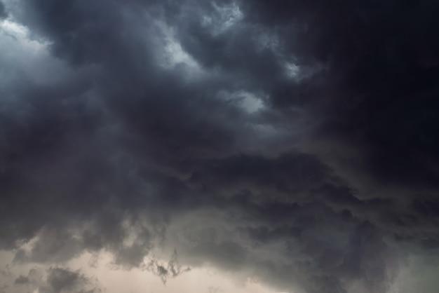 Dramatyczne tło nieba z ciemnymi deszczowymi chmurami przed burzą.