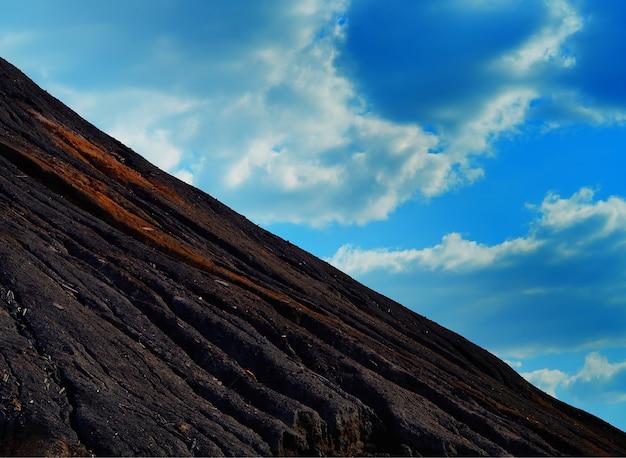 Dramatyczne wulkaniczne zbocze górskie w tle krajobrazu