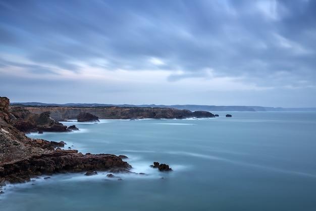 Dramatyczny krajobraz morze przed burzą w sagres portugalia