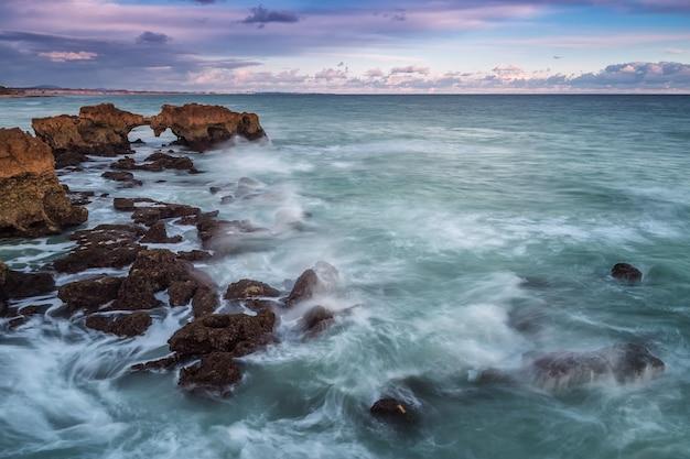 Dramatyczny krajobraz na skałach na plaży w albufeira.