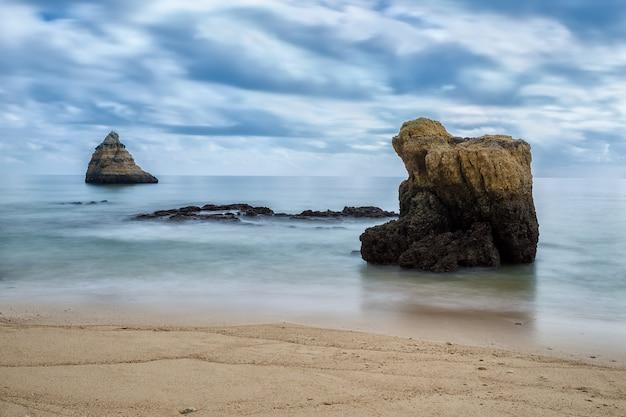 Dramatyczny krajobraz niewyraźne fale. portugalia, algarve.