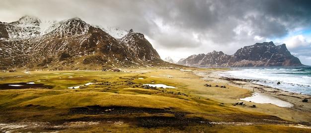 Dramatyczny krajobraz norweskiego fiordu