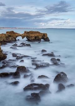 Dramatyczny krajobraz plaży w albufeira.