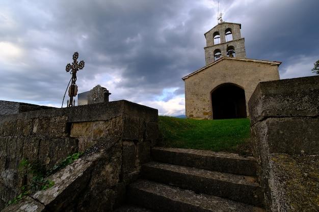Dramatyczny nastrojowy cmentarz przed burzą w europie, chorwacji