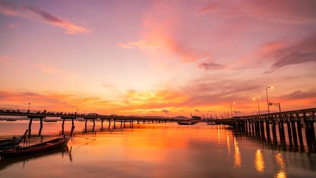 Dramatyczny niebo w wschodu słońca seascape natury widoku