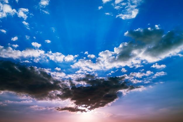 Dramatyczny niebo z słońca światłem i chmura pięknym kolorem dla natury tła