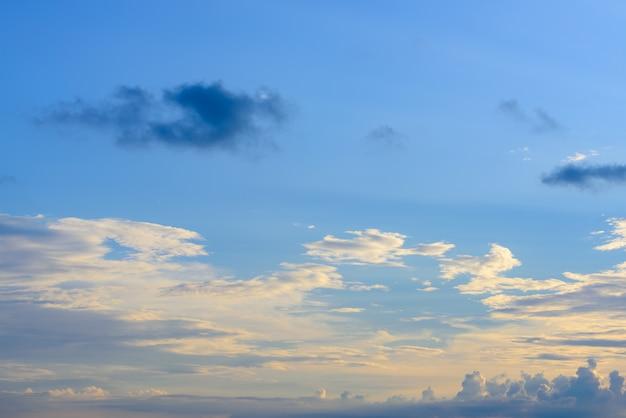 Dramatyczny panoramiczny niebo zmierzch