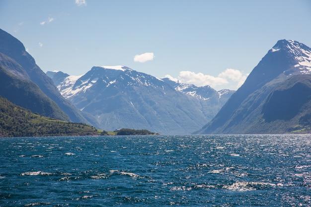 Dramatyczny, słoneczny i piękny krajobraz w hjorundfjord w norwegii