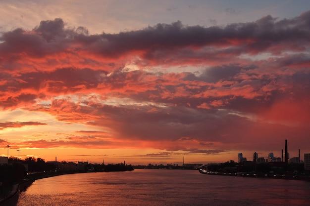 Dramatyczny widok na zachód słońca nad newą w sankt petersburgu