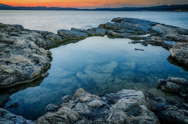 Dramatyczny zachód słońca na plaży