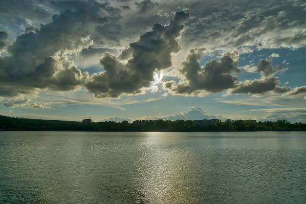 Dramatyczny zachód słońca nad jeziorem miasta