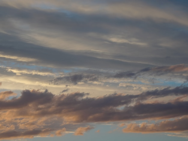 Dramatyczny zmierzch z zmierzchu koloru niebem i chmurami. kompozycja abstrakcyjna natury