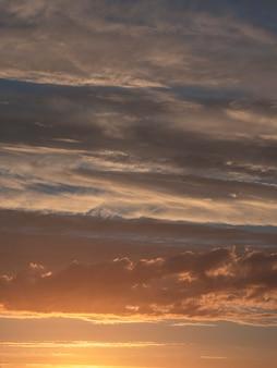 Dramatyczny zmierzch z zmierzchu koloru niebem i chmurami