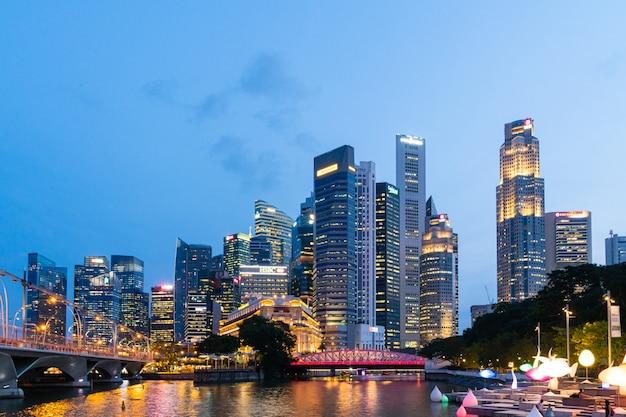 Drapacz chmur i linia horyzontu w singapur miasta nocy.