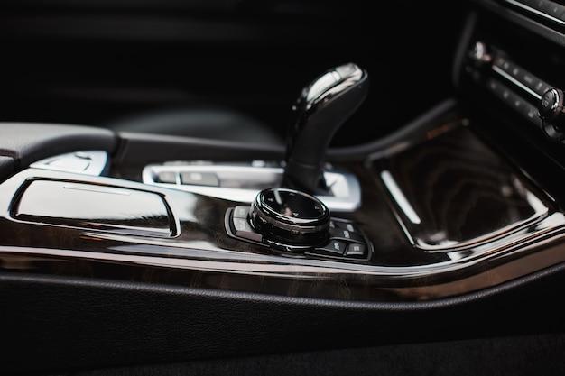 Drążek zmiany biegów w prestiżowym wnętrzu samochodu