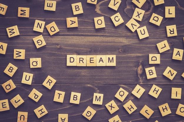 Dream word drewna bloku na stole do koncepcji.