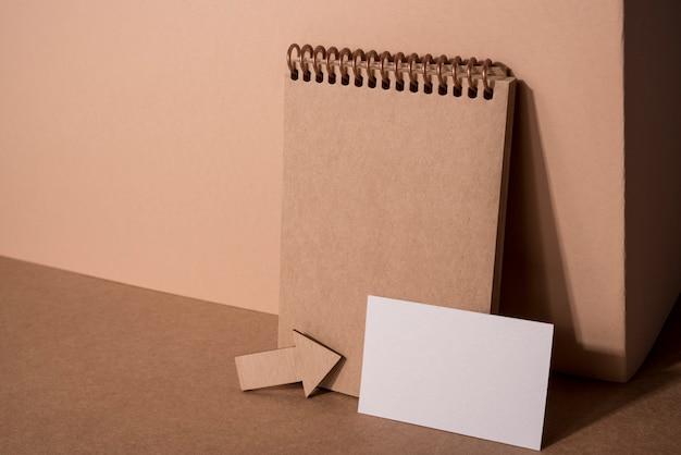 Drewniana agenda i wizytówka firmy