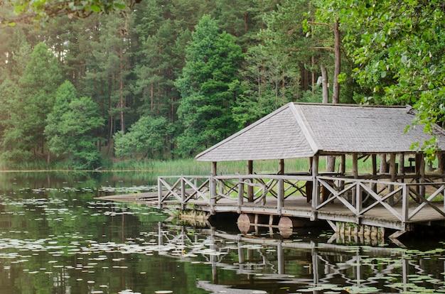 Drewniana altana w pobliżu jeziora