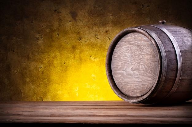 Drewniana beczka na żółtym gradiencie