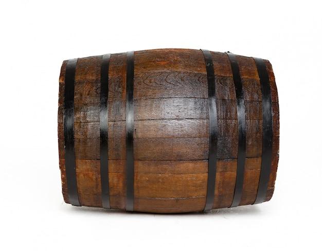 Drewniana beczka z żelaznymi pierścieniami na białym tle